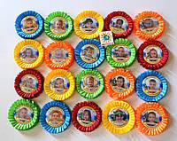 Значки для выпускников с разноцветными розетками