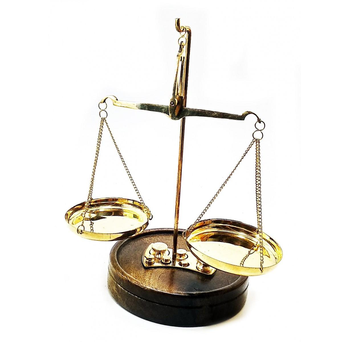 Бронзовые весы на деревянной подставке