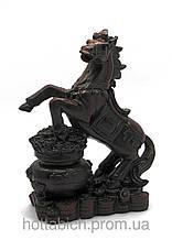 Конь на чаше богатства каменная крошка коричневый