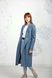 Стильное демисезонное пальто с накладными карманами.