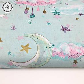 """Польская хлопковая ткань """"месяцы с облаками и золотистыми звездочками на мятном (глиттер)"""", фото 2"""