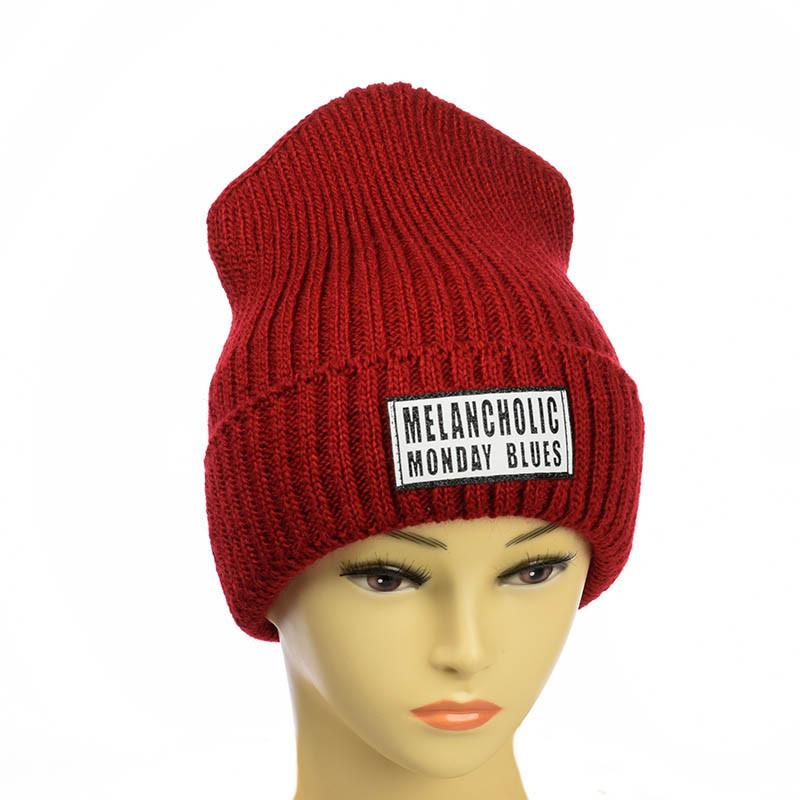 Молодежная шапка с патчем красный