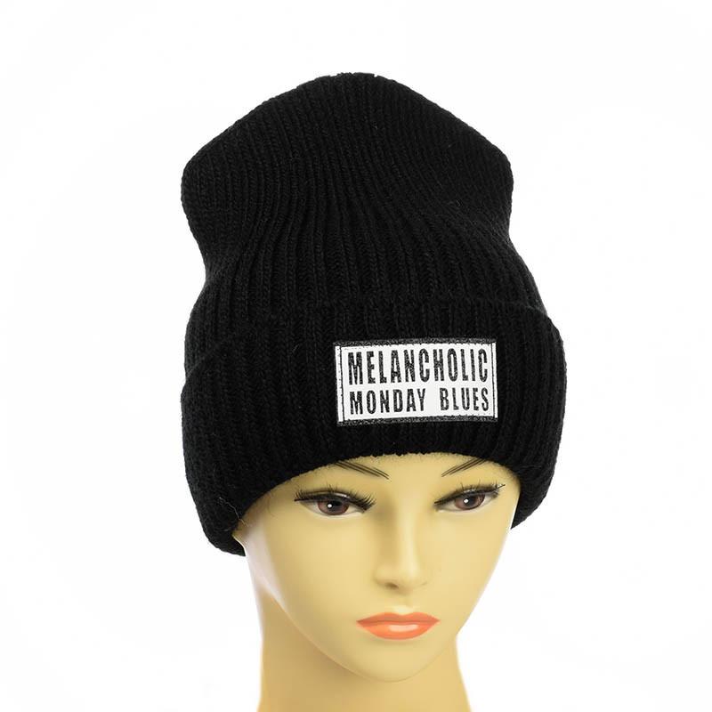 Молодежная шапка с патчем черный