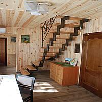 Лестница на второй этаж. Открытая лестница с металлическим каркасом и на второй этаж частного дома.