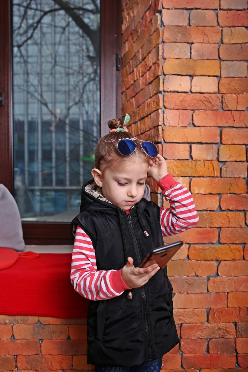 Весенняя детская жилетка с капюшоном черного цвета