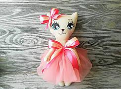 Игрушка кошка в кораkловом платье с бежевым бантиком ручная работа hand made