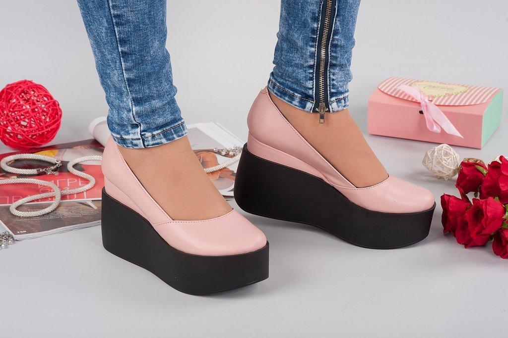 Женские кожаные туфли на танкетке