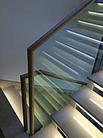 Стеклянное ограждение лестницы с установкой деревянного поручня