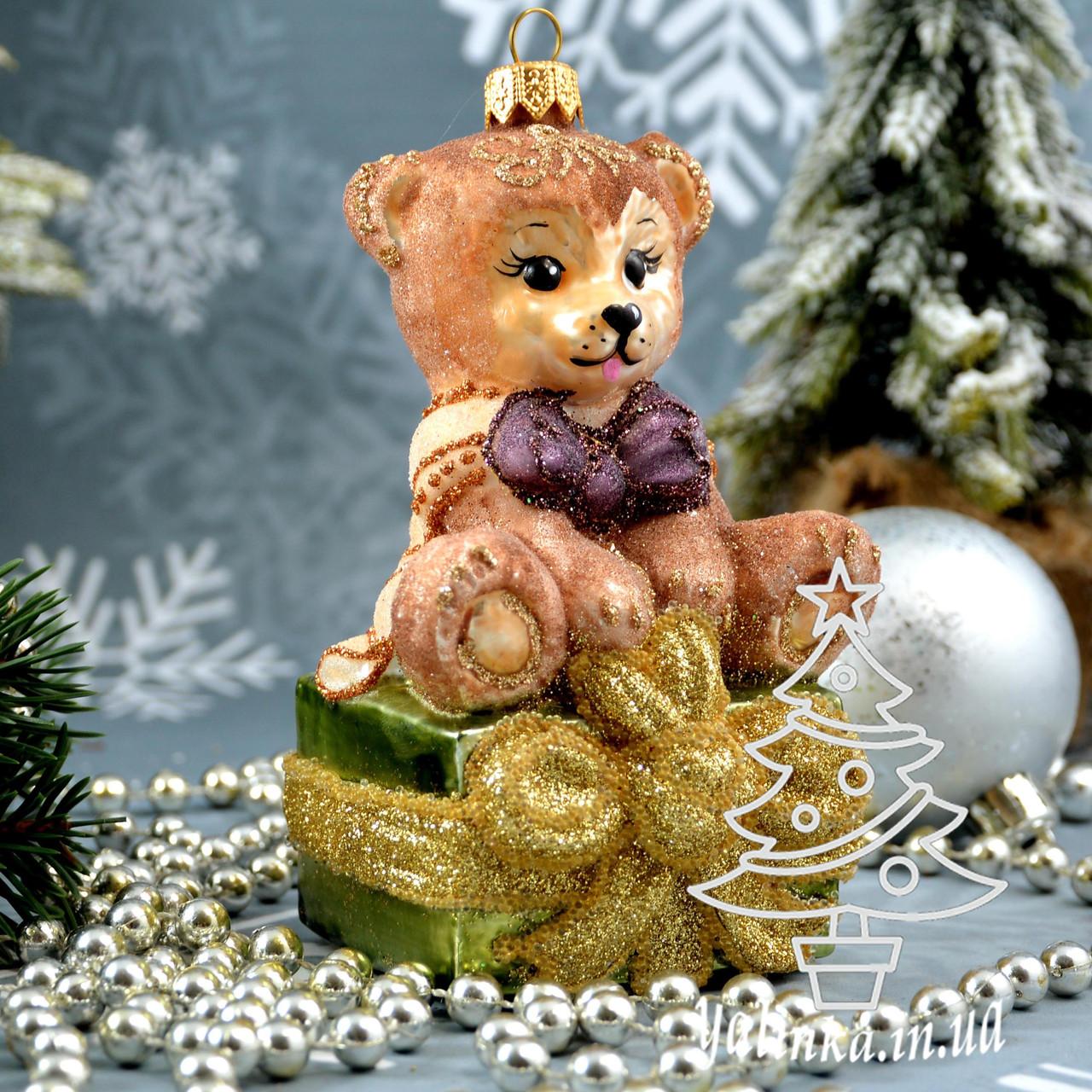 Стеклянная елочная игрушка Мишка на подарке Irena
