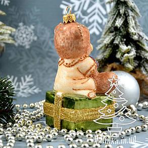Стеклянная елочная игрушка Мишка на подарке Irena , фото 2