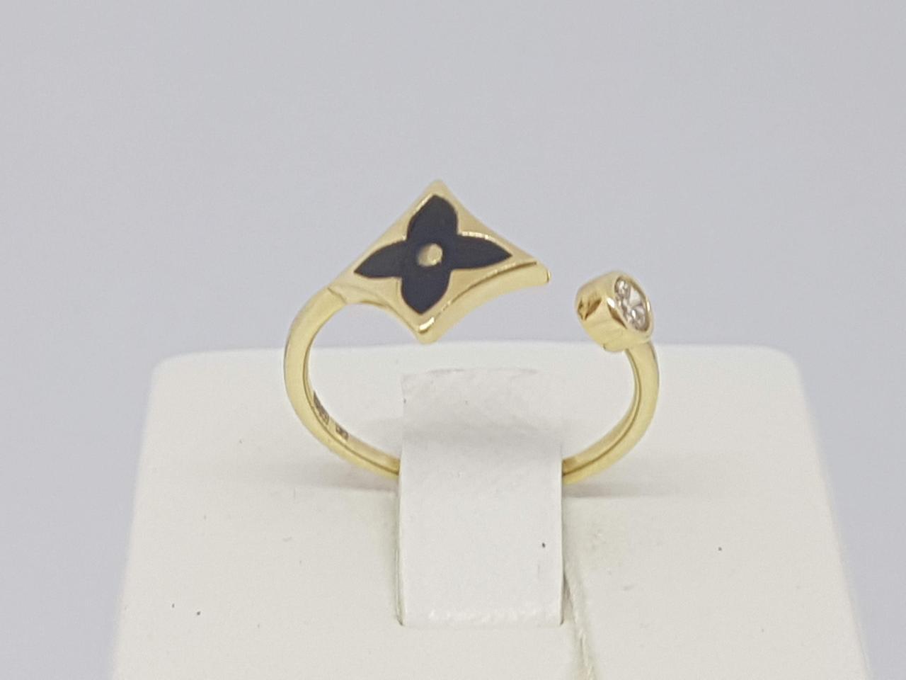 """Золотое кольцо с эмалью и фианитом """"Louis Vuitton"""". Артикул 154216ЖЕЧ 17,5"""