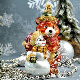 Стеклянная елочная игрушка Медведь со Снеговиком Irena