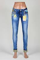Женские джинсы с декором из разноцветных камней