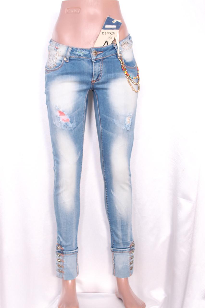 Зауженные женские джинсы с декором и потертостями