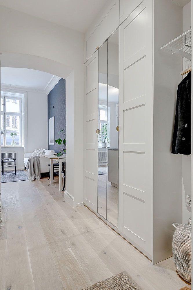 Белый шкаф с зеркалом в прихожей