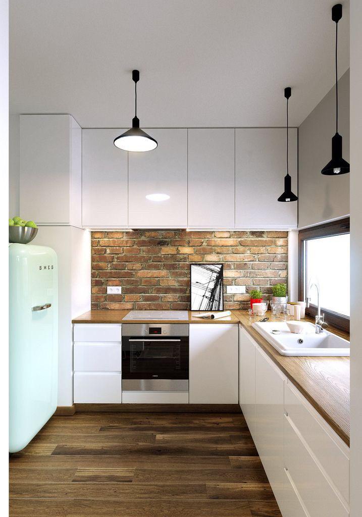 Белая глянцевая кухня с рабочей поверхностью под дерево