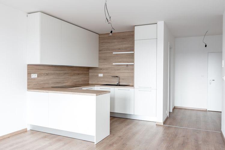 Белая матовая кухня с рабочей поверхностью под дерево