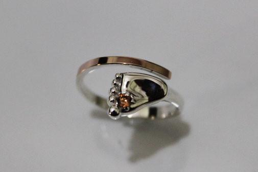 Кольцо с ножкой младенца серебро