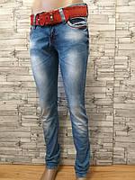 Женские узкие джинсы с красным ремнем