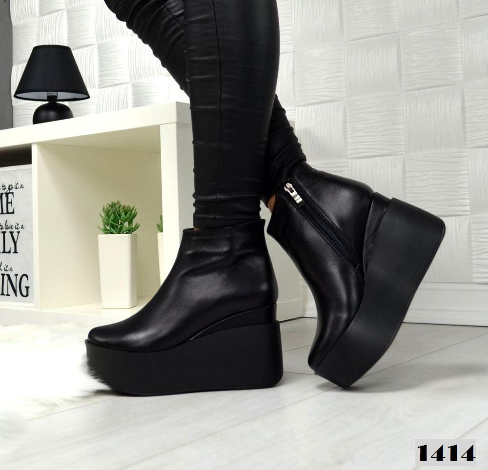 Ботинки кожаные на танкетке черные