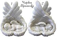 Спящий ангелочек на крыльях