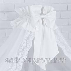 Балдахин белого цвета с сатиновым бантом и французским кружевом.