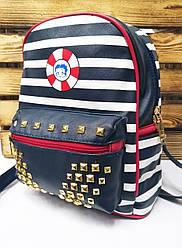 Женский рюкзак черного цвета с белыми полосками и дополнительным карманом спереди
