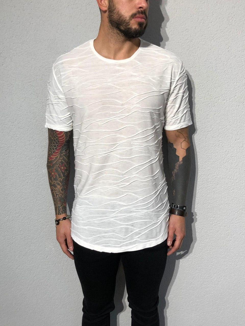 Мужская белая футболка с хаотичными рельефными полосами