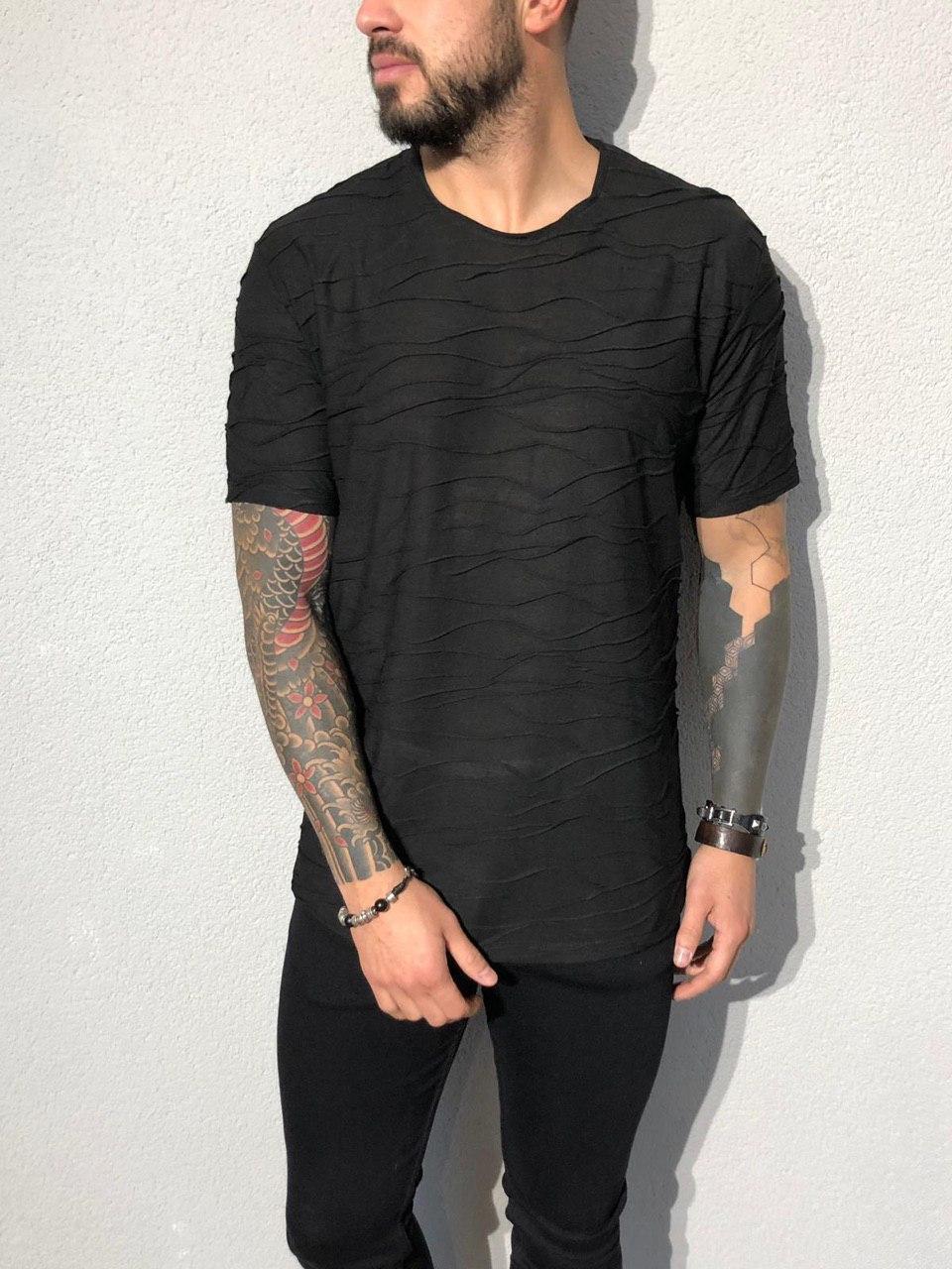Мужская черная футболка с хаотичными рельефными полосами