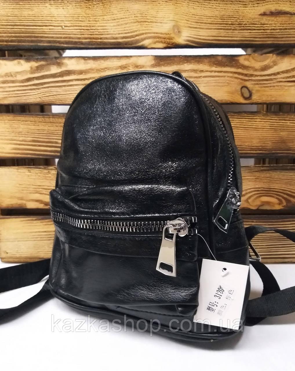 Женский рюкзак черного цвета с широкой молнией и дополнительным отделом спереди