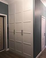 Шкаф с белыми дверями встроенный в нишу. Черные ручки