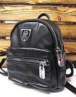 Маленький женский рюкзак черного цвета из искусственной кожи с широкими молниями и фурнитурой в виде лезвий