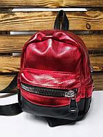 Маленький женский рюкзак красного цвета из кожзама с широкими молниями и дополнительным отделом