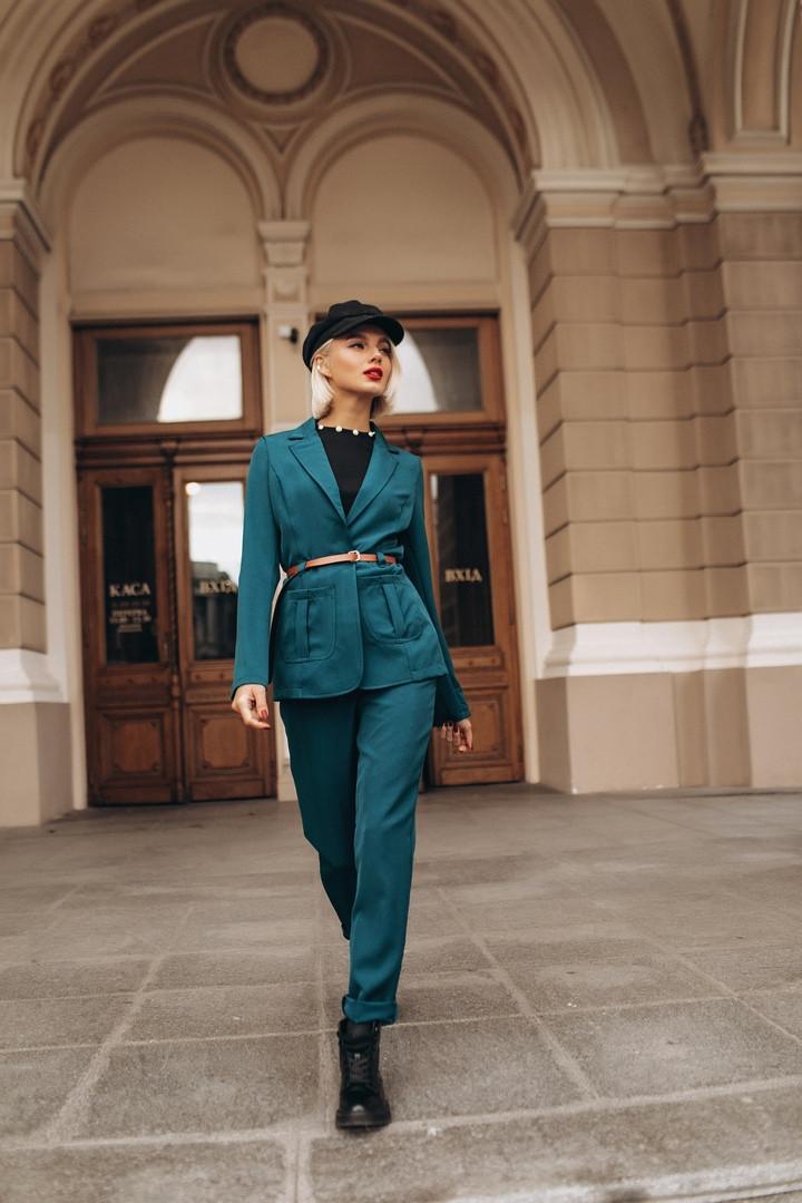 Брючный костюм в классическом стиле, пиджак с накладными карманами / 4 цвета арт 8392-613