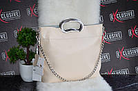 Женская кожаная сумка с металлическими ручками цвет кофе с молоком.