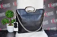 Женская кожаная сумка с металлическими ручками черная.