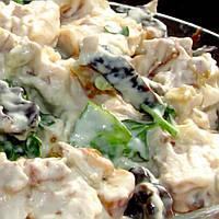 Салат с черносливом, копченой куриной грудинкой и грибами.