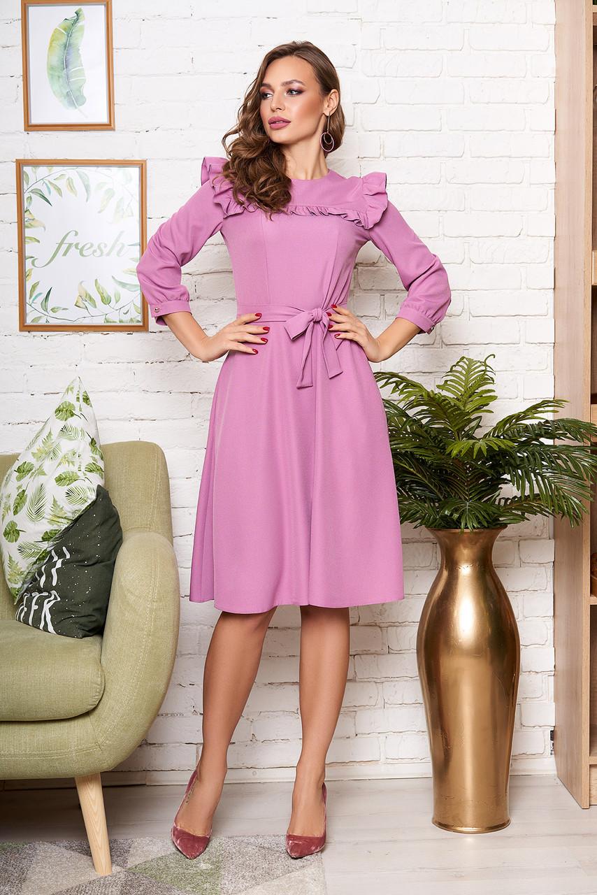 Нежное платье средней длины приталенное с рюшами рукав три четверти сиреневое