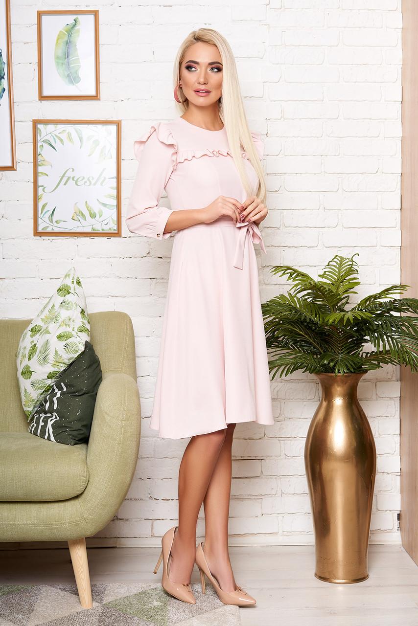 Стильное платье до колен приталенное с рюшами рукав три четверти пудровое