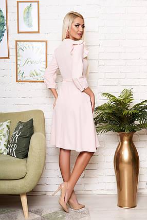 Стильное платье до колен приталенное с рюшами рукав три четверти пудровое, фото 2