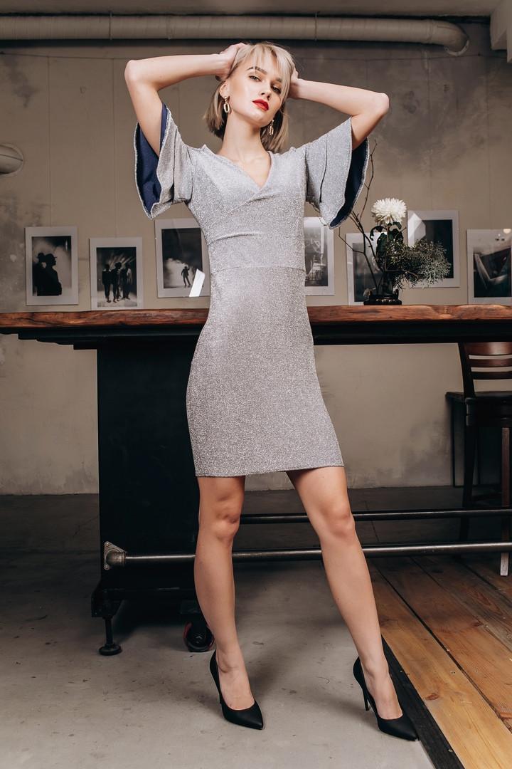 Приталенное платье с люрексом, рукава воланы, с открытыми плечами / 3 цвета арт 8406-613