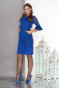 Красивое платье мини приталенное замш рукава три четверти из гипюра с рюшами электрик