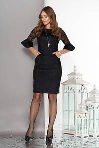 Модное платье мини по фигуре замшевое до локтя из гипюра рюши черного цвета