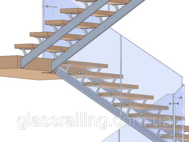 Lestnica na dvuh stalnih kosourah so steklyannim ograjdeniem