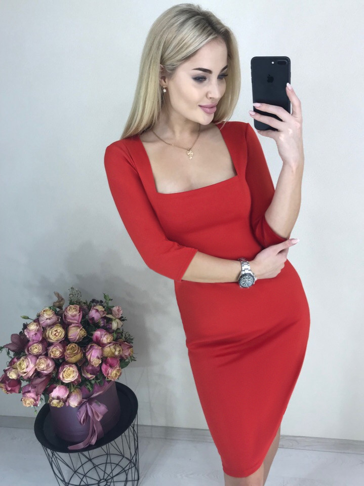 """Строгое облегающее платье по колено с оригинальным квадратным вырезом-декольте """"Розалия"""" красное"""