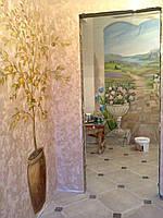 Настенная художественная роспись в прихожей