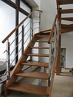 Лестница открытая на деревянном косоуре
