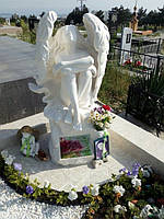 Памятник Ангел с крыльями  сидящий №22