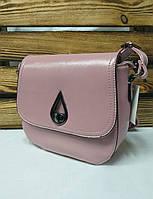 Женский клатч розового цвета с поворотным замком на клапане и регулируемым ремешком