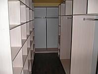 Гардеробная в узкой комнате
